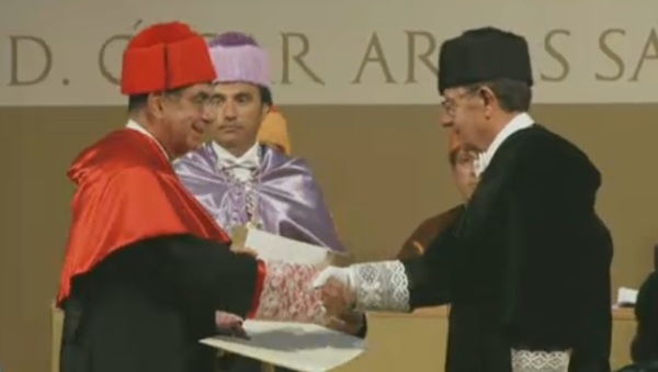 D. Óscar Arias es investido Doctor Honoris Causa